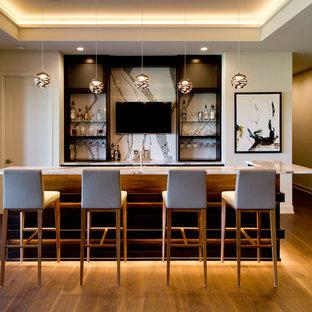 カンザスシティの広いコンテンポラリースタイルのおしゃれな着席型バー (オープンシェルフ、黒いキャビネット、マルチカラーのキッチンパネル、無垢フローリング、茶色い床、マルチカラーのキッチンカウンター、L型、アンダーカウンターシンク、御影石カウンター、石スラブのキッチンパネル) の写真
