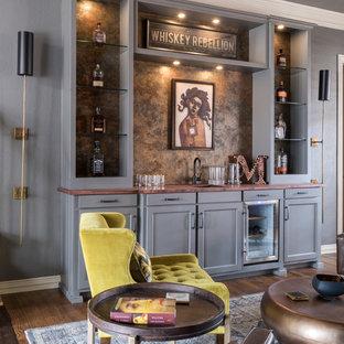 ダラスの中くらいのエクレクティックスタイルのおしゃれなウェット バー (アンダーカウンターシンク、シェーカースタイル扉のキャビネット、グレーのキャビネット、木材カウンター、茶色い床、I型、茶色いキッチンパネル、濃色無垢フローリング、茶色いキッチンカウンター) の写真