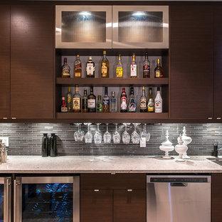 エドモントンのモダンスタイルのおしゃれなウェット バー (フラットパネル扉のキャビネット、茶色いキャビネット、ラミネートカウンター、グレーのキッチンパネル、ガラスタイルのキッチンパネル、リノリウムの床) の写真