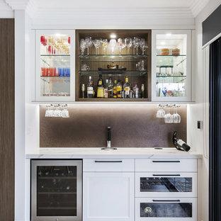 Esempio di un piccolo armadio bar minimalista con ante in stile shaker, ante bianche, top in quarzo composito, pavimento in pietra calcarea, pavimento beige, nessun lavello, paraspruzzi marrone e paraspruzzi con piastrelle di metallo