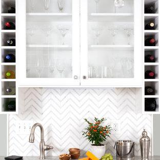 ワシントンD.C.の小さいトランジショナルスタイルのおしゃれなウェット バー (ll型、アンダーカウンターシンク、ガラス扉のキャビネット、白いキャビネット、タイルカウンター、白いキッチンパネル、濃色無垢フローリング、茶色い床) の写真