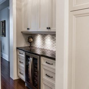 トロントの中くらいのトランジショナルスタイルのおしゃれなウェット バー (濃色木目調キャビネット、御影石カウンター、モザイクタイルのキッチンパネル、セラミックタイルの床、グレーのキッチンパネル、落し込みパネル扉のキャビネット) の写真