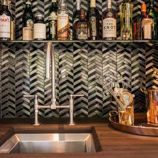 ダラスの小さいエクレクティックスタイルのおしゃれなウェット バー (I型、アンダーカウンターシンク、木材カウンター、マルチカラーのキッチンパネル、メタルタイルのキッチンパネル、茶色いキッチンカウンター) の写真
