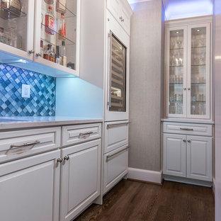 Esempio di un piccolo angolo bar con lavandino chic con lavello sottopiano, ante con bugna sagomata, ante bianche, top in quarzo composito, paraspruzzi blu, paraspruzzi con piastrelle di vetro, pavimento in legno massello medio, pavimento marrone e top bianco