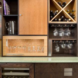 カンザスシティの小さいコンテンポラリースタイルのおしゃれなウェット バー (フラットパネル扉のキャビネット、中間色木目調キャビネット、再生ガラスカウンター、マルチカラーのキッチンパネル、コンクリートの床) の写真