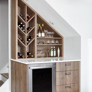 Imagen de bar en casa lineal, actual, sin pila, con puertas de armario de madera clara, suelo de madera clara y armarios con paneles lisos