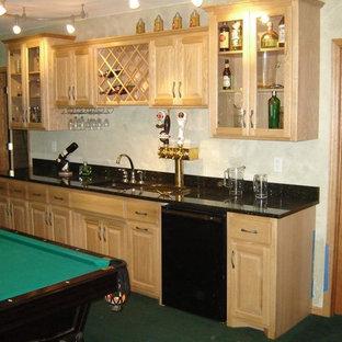 Immagine di un angolo bar con lavandino tradizionale di medie dimensioni con lavello sottopiano, ante con bugna sagomata, ante in legno chiaro, top in quarzo composito, moquette e pavimento verde