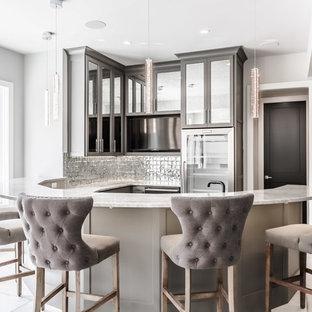 Esempio di un angolo bar con lavandino tradizionale con ante in stile shaker, ante grigie, paraspruzzi grigio, pavimento beige e top beige