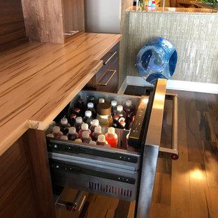 Foto di un angolo bar moderno di medie dimensioni con nessun lavello, ante lisce, ante in legno scuro, top in legno, paraspruzzi in legno e top multicolore