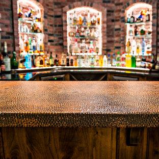カンザスシティの中くらいのラスティックスタイルのおしゃれな着席型バー (レンガの床、赤い床、コの字型、アンダーカウンターシンク、レイズドパネル扉のキャビネット、濃色木目調キャビネット、赤いキッチンパネル、茶色いキッチンカウンター) の写真