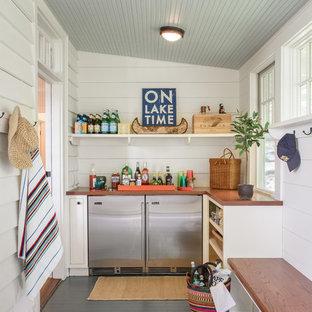 Immagine di un angolo bar stile marinaro di medie dimensioni con ante bianche, top in legno, paraspruzzi bianco, paraspruzzi in legno, pavimento in legno verniciato e pavimento nero