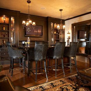 Idee per un grande angolo bar tradizionale con pavimento in legno massello medio