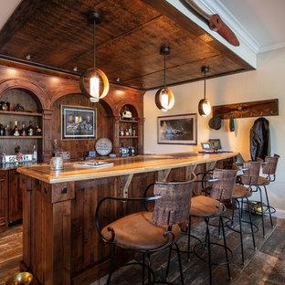 シンシナティのラスティックスタイルのおしゃれな着席型バー (ll型、家具調キャビネット、中間色木目調キャビネット、木材カウンター、茶色いキッチンパネル、無垢フローリング、茶色い床、茶色いキッチンカウンター) の写真