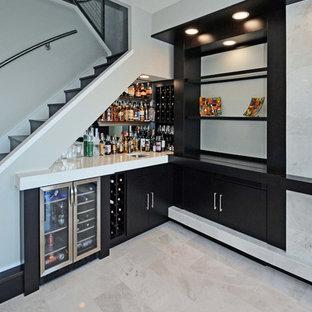 Esempio di un angolo bar con lavandino moderno di medie dimensioni con lavello sottopiano, ante lisce, ante nere, top in marmo, paraspruzzi a specchio, pavimento in marmo e pavimento bianco