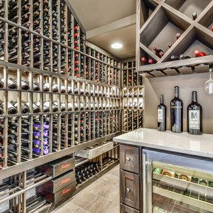 Immagine di un angolo bar mediterraneo con nessun lavello, ante in stile shaker, ante in legno scuro, paraspruzzi beige, pavimento beige e top grigio