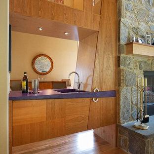 Foto di un piccolo angolo bar con lavandino minimalista con lavello integrato, ante lisce, ante in legno chiaro, top in superficie solida, parquet chiaro e top viola