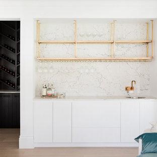 Modelo de bar en casa con fregadero lineal, marinero, de tamaño medio, con fregadero bajoencimera, puertas de armario blancas, salpicadero blanco y encimeras blancas
