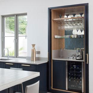 Modelo de bar en casa con fregadero clásico renovado, pequeño, con fregadero bajoencimera y salpicadero con efecto espejo