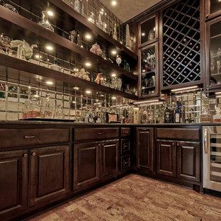 他の地域の中くらいのトラディショナルスタイルのおしゃれなウェット バー (ll型、アンダーカウンターシンク、ガラス扉のキャビネット、濃色木目調キャビネット、クオーツストーンカウンター、マルチカラーのキッチンパネル、ガラスタイルのキッチンパネル、コルクフローリング、ベージュの床、茶色いキッチンカウンター) の写真