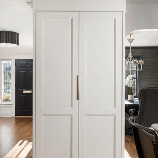 ニューヨークの小さいトランジショナルスタイルのおしゃれな着席型バー (ドロップインシンク、白いキャビネット、クオーツストーンカウンター、白いキッチンパネル、大理石のキッチンパネル、無垢フローリング、茶色い床、白いキッチンカウンター、I型、オープンシェルフ) の写真