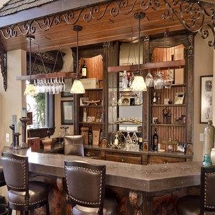 オーランドの中くらいのおしゃれな着席型バー (コの字型、家具調キャビネット、濃色木目調キャビネット、銅製カウンター) の写真