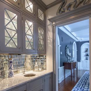 Immagine di un piccolo angolo bar con lavandino chic con lavello sottopiano, ante di vetro, ante grigie, top in marmo, paraspruzzi con piastrelle diamantate, parquet scuro e top grigio