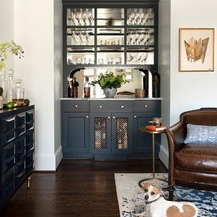 Exempel på en liten klassisk vita linjär vitt hemmabar, med öppna hyllor, blå skåp, spegel som stänkskydd, mörkt trägolv och brunt golv