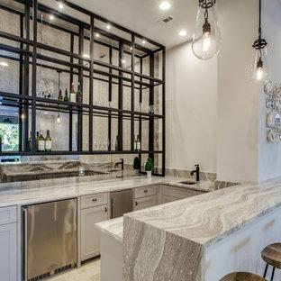 Foto di un bancone bar tradizionale di medie dimensioni con lavello sottopiano, ante in stile shaker, ante bianche, paraspruzzi a specchio, pavimento in travertino, pavimento marrone e top grigio
