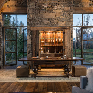 ジャクソンの広いラスティックスタイルのおしゃれなウェット バー (I型、オープンシェルフ、濃色無垢フローリング、濃色木目調キャビネット、木材カウンター、茶色い床) の写真