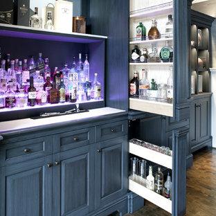 Esempio di un ampio angolo bar chic con lavello sottopiano, ante grigie e pavimento in legno massello medio