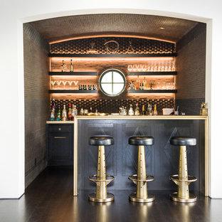 ロサンゼルスの地中海スタイルのおしゃれな着席型バー (コの字型、シェーカースタイル扉のキャビネット、黒いキャビネット、濃色無垢フローリング、茶色い床) の写真
