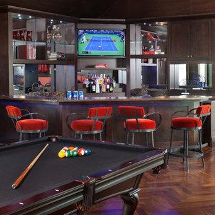 Esempio di un grande bancone bar mediterraneo con ante in legno bruno, top in granito, paraspruzzi a specchio, parquet scuro, pavimento marrone, top marrone e nessun'anta