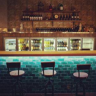 Esempio di un angolo bar con lavandino eclettico di medie dimensioni con ante lisce, ante in legno scuro, top in legno e top beige