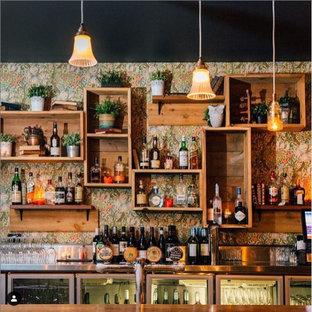 Esempio di un angolo bar con mensole sospese, ante in legno scuro e top in legno
