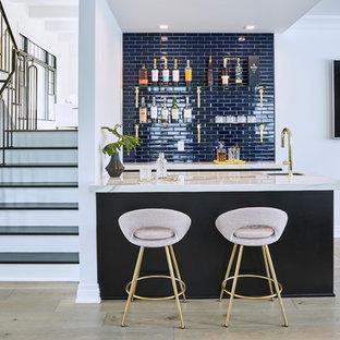 Immagine di un armadio bar minimal di medie dimensioni con lavello sottopiano, top in marmo, paraspruzzi blu, paraspruzzi con piastrelle diamantate e top bianco