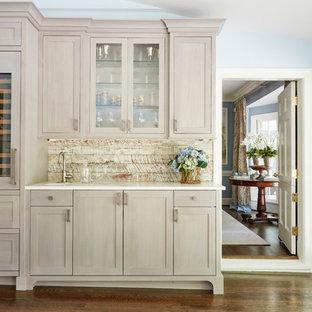 リッチモンドのシャビーシック調のおしゃれなホームバー (I型、シェーカースタイル扉のキャビネット、淡色木目調キャビネット、クオーツストーンカウンター) の写真