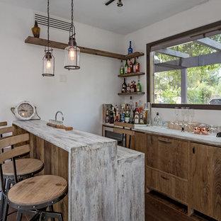サンフランシスコの地中海スタイルのおしゃれな着席型バー (家具調キャビネット、中間色木目調キャビネット、濃色無垢フローリング、茶色い床、ll型、木材カウンター、白いキッチンカウンター) の写真