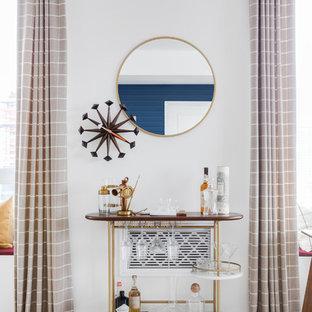 Ejemplo de bar en casa con carrito de bar vintage, pequeño, con suelo de madera clara y suelo beige