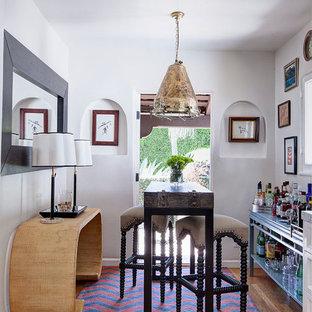 Ejemplo de bar en casa con barra de bar mediterráneo, pequeño, sin pila, con suelo de madera en tonos medios