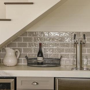 サンフランシスコの広いトランジショナルスタイルのおしゃれなホームバー (フラットパネル扉のキャビネット、白いキャビネット、タイルカウンター、グレーのキッチンパネル、セラミックタイルのキッチンパネル、無垢フローリング) の写真