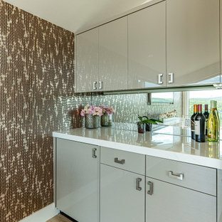 Example of a small 1960s single-wall beige floor home bar design in Austin with no sink, flat-panel cabinets, gray cabinets, quartz countertops, mirror backsplash and white countertops