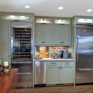 チャールストンの中くらいのトランジショナルスタイルのおしゃれなウェット バー (グレーのキャビネット、クオーツストーンカウンター、シェーカースタイル扉のキャビネット、赤いキッチンパネル、無垢フローリング、I型) の写真
