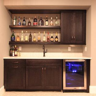 Foto di un piccolo angolo bar con lavandino chic con lavello sottopiano, ante in stile shaker, ante in legno bruno, top in quarzo composito, paraspruzzi in lastra di pietra, moquette, pavimento beige e paraspruzzi bianco