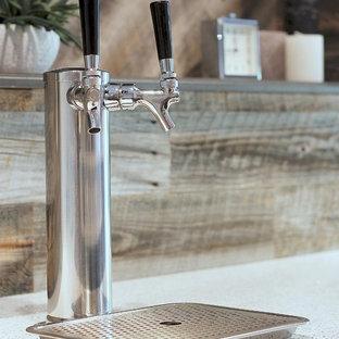 Ispirazione per un grande bancone bar contemporaneo con ante in legno bruno, top in laminato, paraspruzzi marrone e paraspruzzi in legno