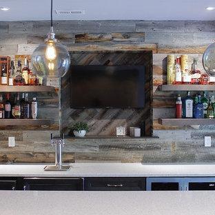 Inspiration för en stor funkis linjär hemmabar med stolar, med skåp i mörkt trä, laminatbänkskiva, brunt stänkskydd och stänkskydd i trä