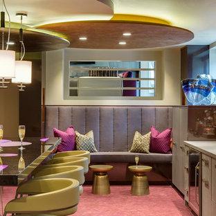 ミネアポリスのコンテンポラリースタイルのおしゃれな着席型バー (マルチカラーのキッチンパネル、ドロップインシンク、フラットパネル扉のキャビネット、グレーのキャビネット、カーペット敷き、ピンクの床) の写真