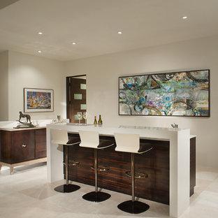 Esempio di un bancone bar contemporaneo di medie dimensioni con ante lisce, ante in legno bruno, top in quarzo composito, paraspruzzi bianco, pavimento in marmo, pavimento bianco e top bianco