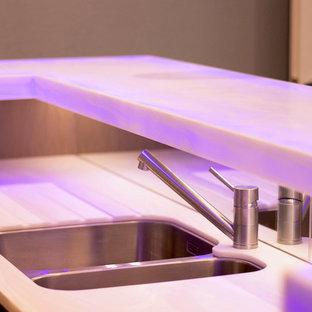 Esempio di un grande carrello bar moderno con lavello da incasso, nessun'anta, ante in legno chiaro, top in onice, paraspruzzi multicolore, paraspruzzi a specchio, parquet chiaro, pavimento grigio e top bianco