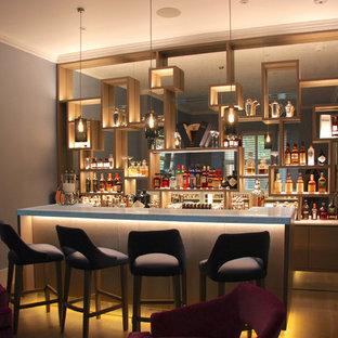 ロンドンの広いモダンスタイルのおしゃれなバーカート (I型、ドロップインシンク、オープンシェルフ、淡色木目調キャビネット、オニキスカウンター、マルチカラーのキッチンパネル、ミラータイルのキッチンパネル、淡色無垢フローリング、グレーの床、白いキッチンカウンター) の写真