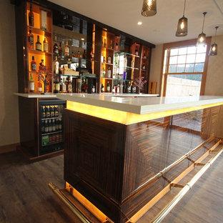 Ispirazione per un grande angolo bar con lavandino moderno con lavello sottopiano, ante lisce, ante in legno bruno, top in quarzo composito, pavimento in legno verniciato e paraspruzzi a specchio